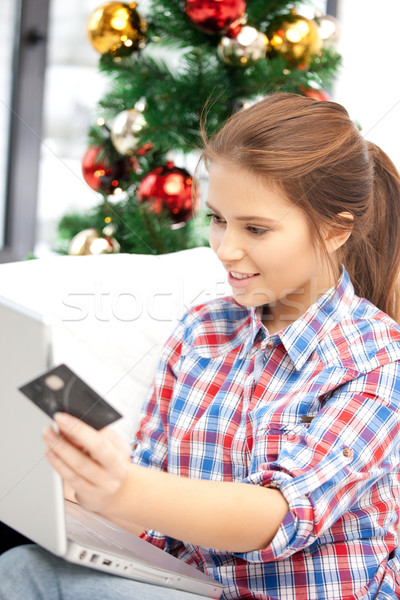 Foto stock: Mulher · computador · portátil · cartão · de · crédito · feliz · árvore · de · natal · dinheiro