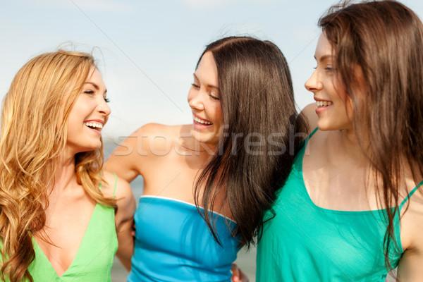 Sonriendo ninas caminando playa verano vacaciones Foto stock © dolgachov