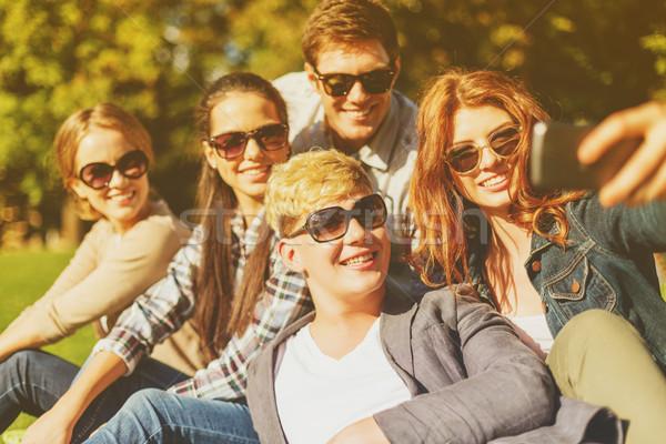 Tinédzserek elvesz fotó okostelefon kívül nyár Stock fotó © dolgachov