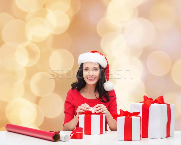 Gülümseyen kadın yardımcı hediyeler Stok fotoğraf © dolgachov