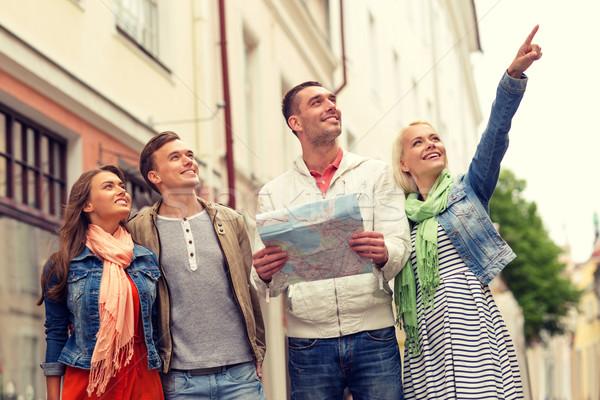 Csoport mosolyog barátok térkép felfedez város Stock fotó © dolgachov
