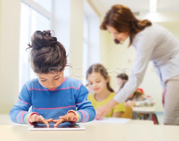 Stock fotó: Kicsi · iskolás · lány · táblagép · osztályterem · oktatás · általános · iskola
