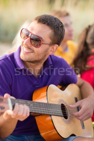 Foto stock: Grupo · feliz · amigos · jogar · guitarra · praia