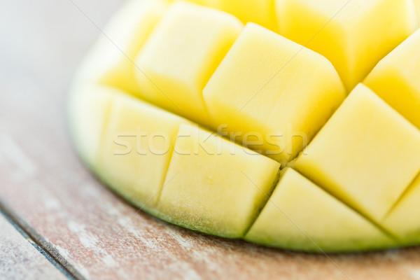 Közelkép érett mangó szelet asztal gyümölcsök Stock fotó © dolgachov