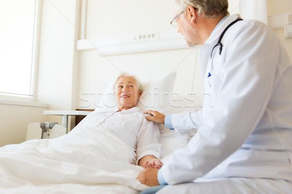 Médecin supérieurs femme hôpital médecine âge Photo stock © dolgachov