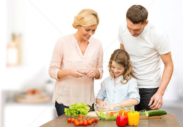 Família feliz cozinhar vegetal salada jantar comida vegetariana Foto stock © dolgachov