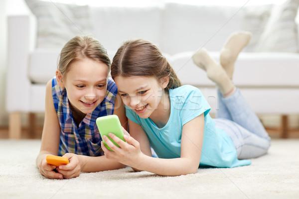 ストックフォト: 幸せ · 女の子 · スマートフォン · 階 · 人 · 子供
