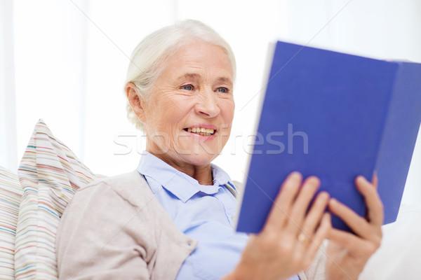 Glücklich lächelnd Senior Frau Lesung Buch Stock foto © dolgachov