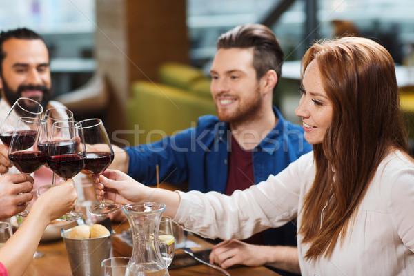 Amici pranzo bere vino ristorante tempo libero Foto d'archivio © dolgachov