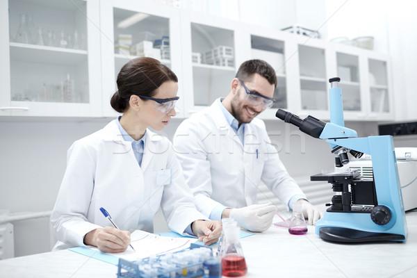 Tudósok vágólap mikroszkóp labor tudomány kémia Stock fotó © dolgachov