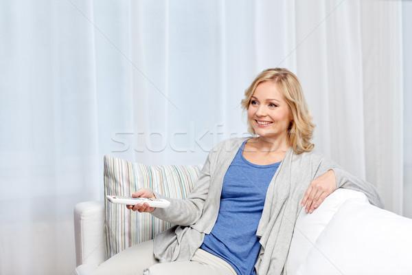 Femme souriante contrôle maison télévision loisirs Photo stock © dolgachov