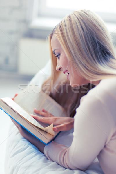 Kadın okuma kitap gülümseyen kadın kanepe kız Stok fotoğraf © dolgachov