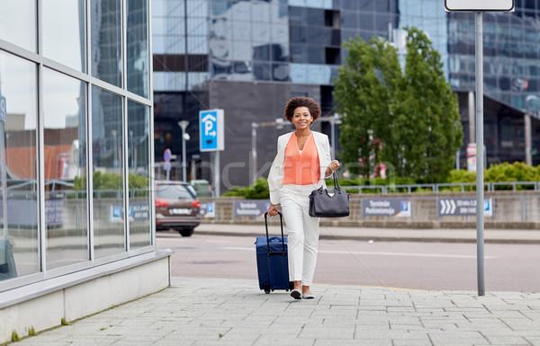 Gelukkig jonge afrikaanse vrouw reizen zak Stockfoto © dolgachov