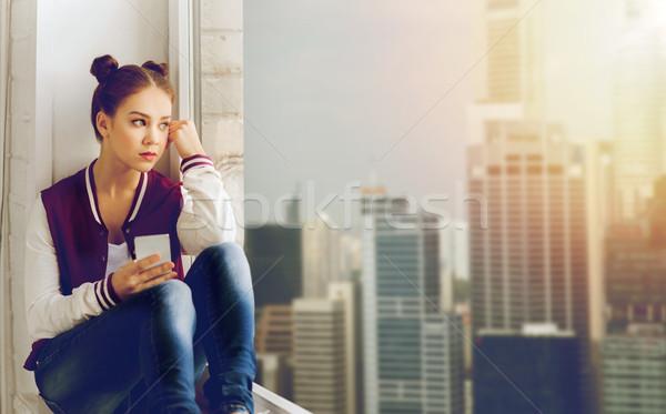 Tienermeisje vergadering vensterbank smartphone mensen emotie Stockfoto © dolgachov