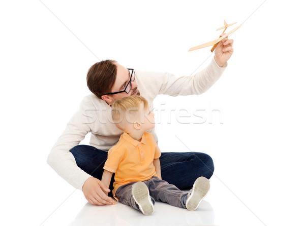 Padre pequeño hijo jugando juguete avión Foto stock © dolgachov