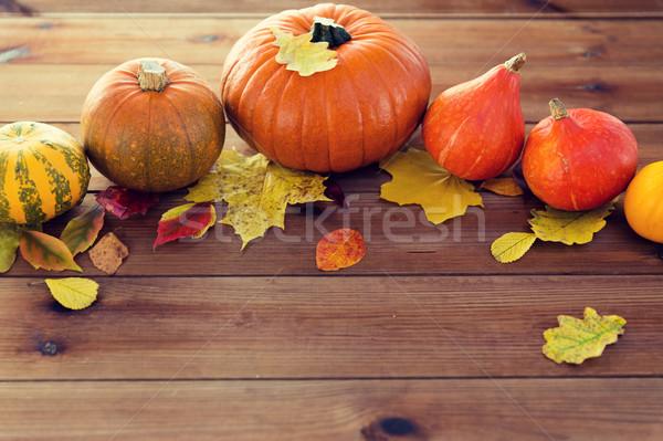 Pompoenen houten tafel home oogst seizoen Stockfoto © dolgachov