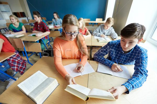 élèves lecture livre école leçon éducation Photo stock © dolgachov