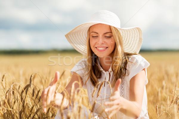 Boldog fiatal nő szalmakalap gabonapehely mező természet Stock fotó © dolgachov