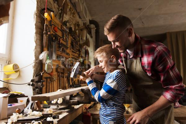 Tata fiu ciocan lucru atelier fericit de familie dulgherie Imagine de stoc © dolgachov