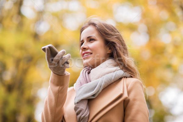 Nő hang okostelefon ősz park évszak Stock fotó © dolgachov