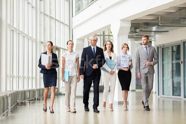 Pessoas de negócios caminhada prédio comercial pessoas trabalhar corporativo Foto stock © dolgachov