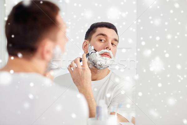 Man baard scheermes mes badkamer schoonheid Stockfoto © dolgachov