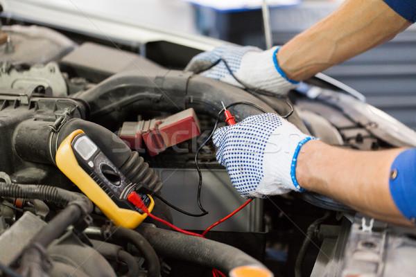 Foto stock: Mecánico · de · automóviles · hombre · pruebas · batería · coche · servicio