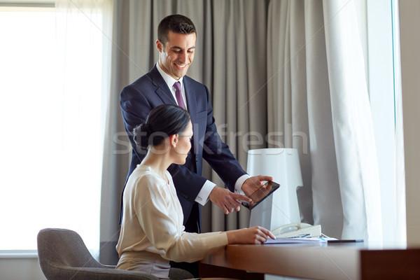 Business team papieren werken hotelkamer zakenlieden teamwerk Stockfoto © dolgachov