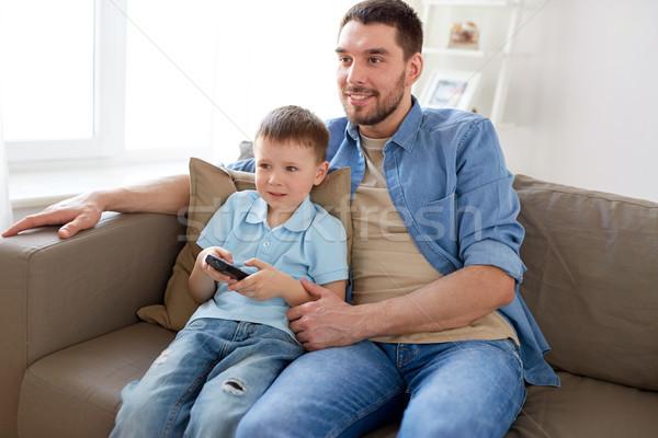 Syn ojca zdalnego oglądania telewizja domu rodziny Zdjęcia stock © dolgachov