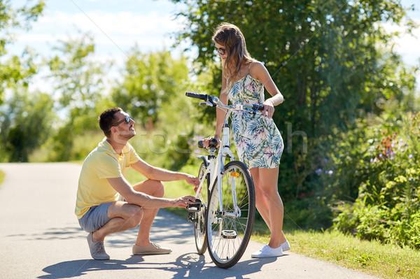 Boldog fiatal pér megjavít bicikli vidéki út emberek Stock fotó © dolgachov