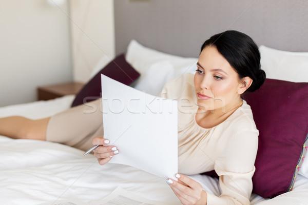 Empresária documentos trabalhando quarto de hotel viagem de negócios pessoas Foto stock © dolgachov
