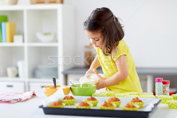 Meisje muffins home familie koken Stockfoto © dolgachov