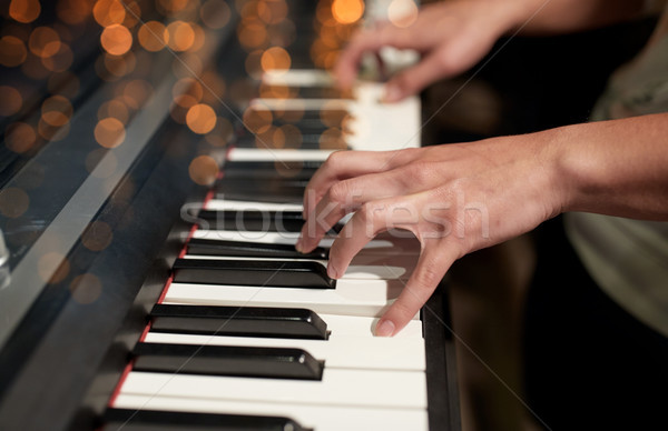 Handen spelen piano muziek mensen Stockfoto © dolgachov