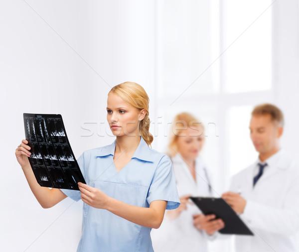Grave medico infermiera guardando Xray sanitaria Foto d'archivio © dolgachov