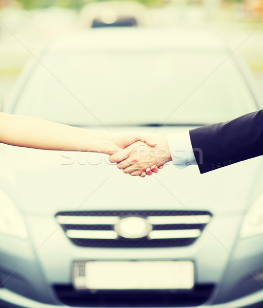 Klant verkoper handen schudden vervoer business winkelen Stockfoto © dolgachov