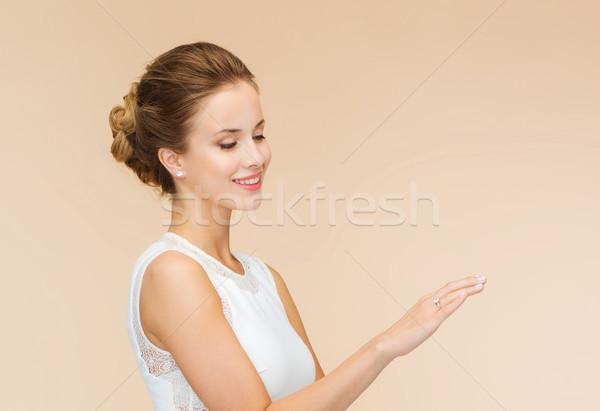 Donna sorridente abito bianco anello di diamanti celebrazione wedding felicità Foto d'archivio © dolgachov