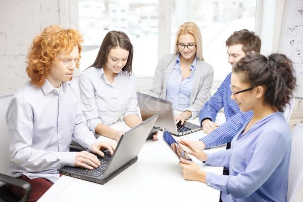Mosolyog csapat laptop asztal pc számítógépek Stock fotó © dolgachov