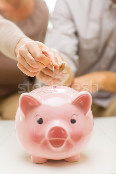 Foto stock: Mãos · moeda · dinheiro · piggy · bank · família