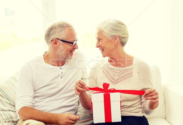 Feliz casal de idosos caixa de presente casa família férias Foto stock © dolgachov