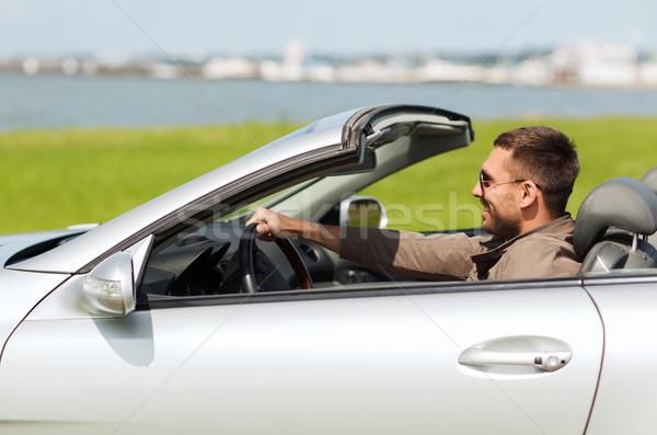 Szczęśliwy człowiek jazdy kabriolet samochodu odkryty Zdjęcia stock © dolgachov