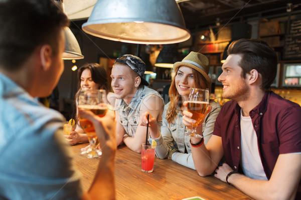 Szczęśliwy znajomych napojów mówić bar publikacji Zdjęcia stock © dolgachov