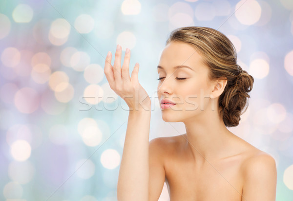 Mujer perfume muñeca mano belleza Foto stock © dolgachov