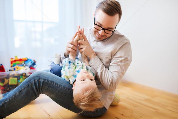 Stock fotó: Apa · fia · játszik · szórakozás · otthon · család · gyermekkor