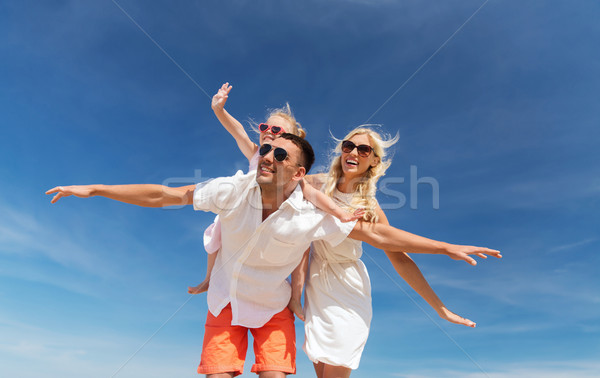 Foto stock: Família · feliz · blue · sky · família · férias · de · verão · adoção