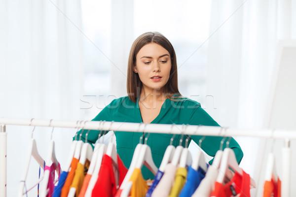 Vrouw kiezen kleding home garderobe niets Stockfoto © dolgachov