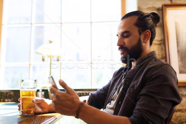 человека смартфон питьевой пива Бар Паб Сток-фото © dolgachov