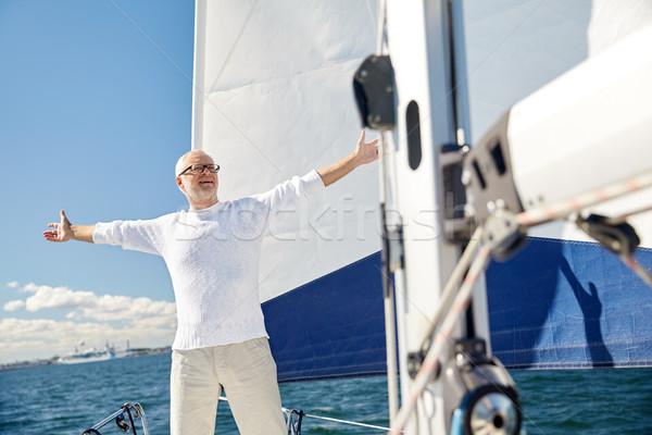 Idős férfi vitorla csónak jacht vitorlázik Stock fotó © dolgachov