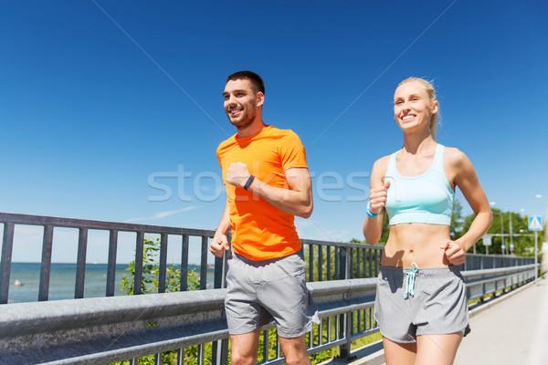 Sorridente casal corrida verão beira-mar fitness Foto stock © dolgachov