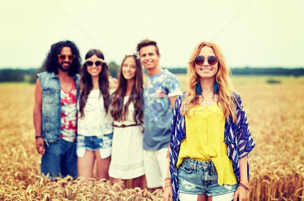 Glimlachend jonge hippie vrienden granen veld Stockfoto © dolgachov