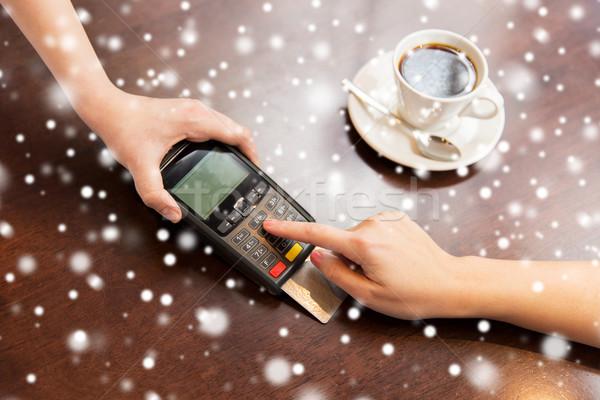 рук кредитных карт читатель кафе люди Сток-фото © dolgachov